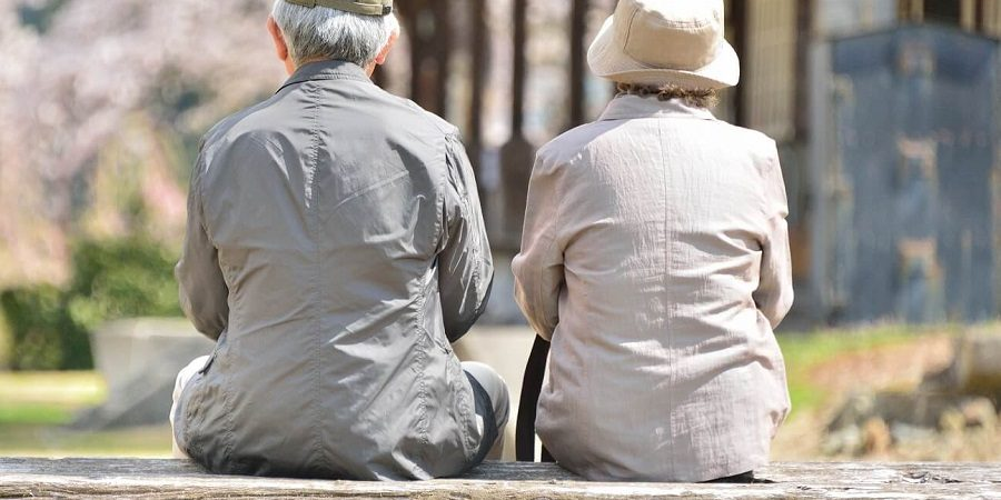 ベンチに座る2人の老人